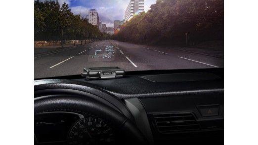 Die wichtigsten Navigationsanweisungen der Smartphone-Navigationslösung projeziert das Garmin Head-Up-Display direkt auf die Windschutzscheibe.