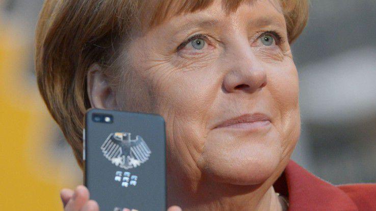 Angela Merkel mit einem von Blackberry und Secusmart entwickelten Krypto-Smartphone (Z10) auf der CeBit 2013. Persönlich nutzt Merkel die Version mit Volltastatur Q10.