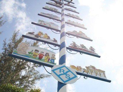 Zuerst mussten bürokratische Hürden genommen werden, damit ein bayerisches Traditionsobjekt wie der Maibaum in Singapur aufgestellt werden durfte.