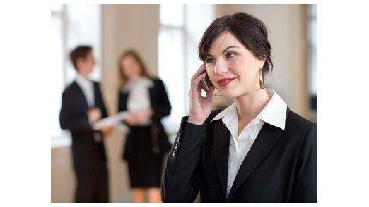 Achtung, der Nachbar hört und liest mit. Deshalb Vorsicht bei Business-Telefonaten in der Öffentlichkeit.