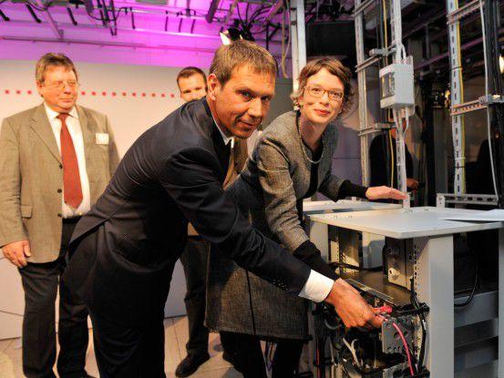 Telekom-Chef René Obermann schaltet den ersten LTE-Funkmasten in Kyritz ein.