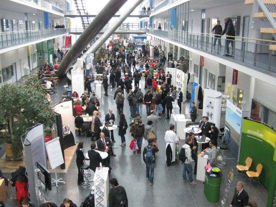 Rund 50 Arbeitgeber präsentierten sich in der Informatikfakultät in München-Garching den etwa 1.000 Studenten. Letztere suchen oft nur Praktikumsstellen, doch manchen öffnet sich schon die Tür zur großen Karriere.