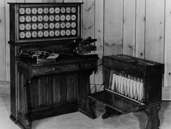Diese Tabulatoren wurden von Herrman Hollerith erfunden und für das amerikanische statistische Bundesamt gebaut.