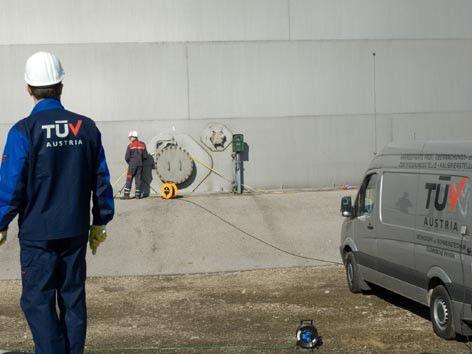 Der TÜV Austria überwacht ständig etwa 90.000 medizinische Geräte, je 60.000 Aufzüge und Hebezeuge und 300.000 Dampfkessel, Druckbehälter, Flaschen und Armaturen.