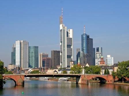 Auch die schöne Frankfurter Skyline hilft manchmal nicht gegen Kommunikations-Frust.
