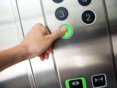 Manchmal kann selbst das harmlose Benutzen von Aufzügen gefährliche Folgen haben.