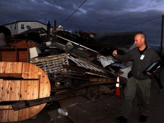 Ein Mitarbeiter der FEMA-Behörde dokumentiert den Schaden, der durch den Wirbelsturm Sandy entstanden ist.