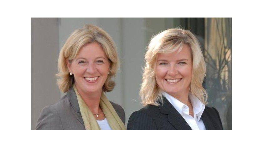Anke Quittschau (rechts) und Christina Tabernig von der Agentur korrekt! kennen sich in Kleiderfragen aus.