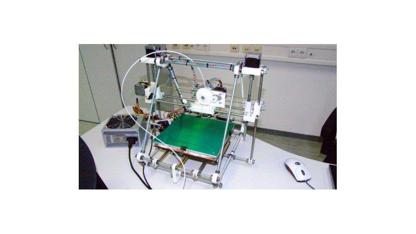 3D-Drucker sind sowohl als Bausatz als auch als Fertiggerät erhältlich. Mitte 2014 will angeblich HP einen selbst entwickelten 3D-Drucker auf den Markt bringen.