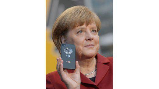 Bundeskanzlerin Merkel bekam auf ihrem CeBit-Rundgang ein Hochsicherheits-Handy in die Hand gedrückt.