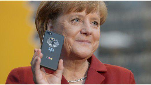 Kanzlerin Angela Merkel (CDU) mit einem angeblich abhörsicheren Spezialtelefon