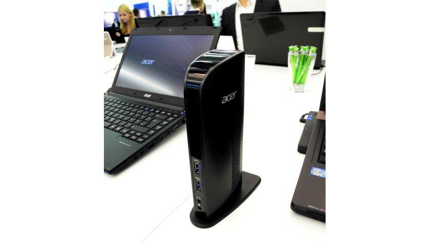 Viele Slimline-Notebooks haben aus Platzgründen keinen klassischen Docking-Port-Connector an der Bodenseite. Hier hilft die Plugable USB 3.0 Docking Station von Acer. Sie braucht weniger Stellfläche als eine klassische Docking-Lösung und lässt sich via USB-Kabel an das Mobile Device ankoppeln.