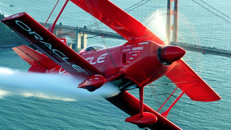 Ein Team-Oracle-Stuntflugzeug vor der Golden Gate Bridge in San Francisco