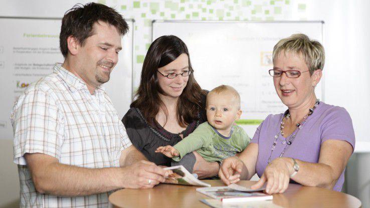 Claudia Lazai (rechts)von Datev erklärt Mitarbeitern die firmeneigenen Familienprogramme.