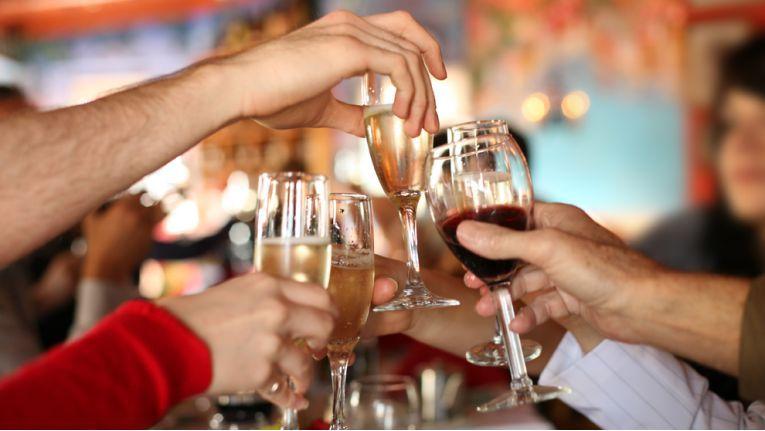 Betriebsfeiern sind häufig der Auslöser für Alkoholfahrten – und für den Verlust des Führerscheins.