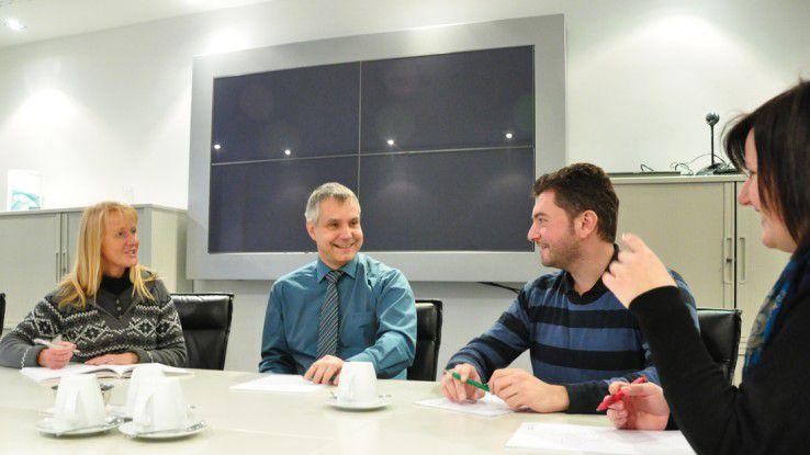 Meetings hält Luft nur manchmal im Sitzen ab. Wird wie in diesem Fall mit den Mitarbeitern ein aktuelles Kundenprojekt durchgesprochen, stehen die Beteiligten normalerweise.