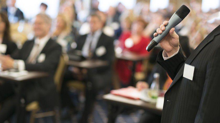 Untersuchungen zeigen: Der Erfolg einer Rede hängt vor allem davon ab, ob der Redner den Zuhörern sympathisch ist.