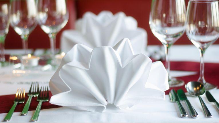 Greift der Gastgeber nach dem Besteck, ist das das Zeichen für den Essensbeginn.