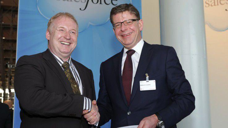 T-Systems-CEO Reinhard Clemens (rechts) und Keith Block, President and Vice Chairman von Salesforce.com, besiegeln die Partnerschaft auf der CeBIT 2014.