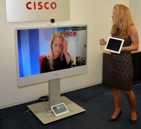 Das Cisco TelePresence System MX300 G2 mit 55-Zoll-LCD-Monitor aus dem Jahr 2014 wirkt im Vergleich zum älteren Cisco CTS-500 schon viel schlanker.
