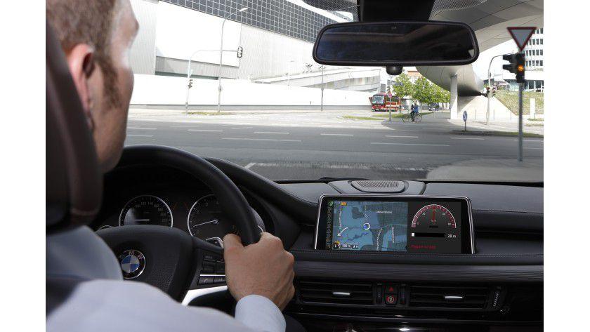 """Fahrzeuge tauschen nicht nur untereinander Informationen aus, sondern auch mit der Infrastruktur, etwa Ampeln und sogar mit Fußgängern, die mit """"Wearable Devices"""" oder Smartphones ausgestattet sind. Automobilfirmen wie etwa BMW führen bereits Feldversuche mit solchen Systemen durch."""