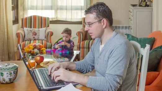 Ein Drittel der Beschäftigten arbeitet Umfragen zufolge gelegentlich im Homeoffice - doch bei 84 Prozent davon steht laut Deutschem Gewerkschaftsbund (DGB) dazu nichts im Arbeitsvertrag.