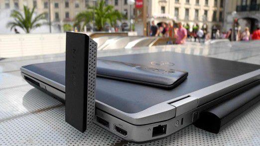 Hier steckt ein 867 MBit/s schneller Netgear AC1200 WLAN-USB-Adapter, Model A6200, um 90 Grad abgewinkelt aufrecht in einem Dell Business-Laptop.