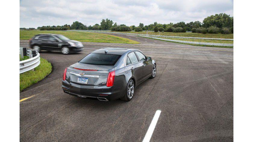 Der mit V2V-Technologie ausgestattete Cadillac CTS (Modell 2015) informiert den Fahrer, bevor dieser das herankommende Fahrzeug sehen kann.
