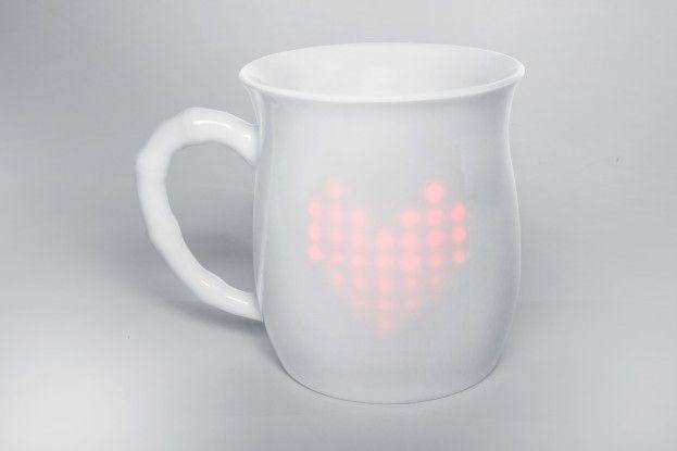 Intel zeigt als Prototyp für seinen Mini-Computer Edison eine smarte Kaffetasse mit Display, die Daten von Sensoren am Babystrampler auswertet und so den Eltern Ruhe verschafft.