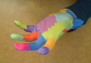 Farbiger Handschuh: Gestensteuerung für einen Dollar.
