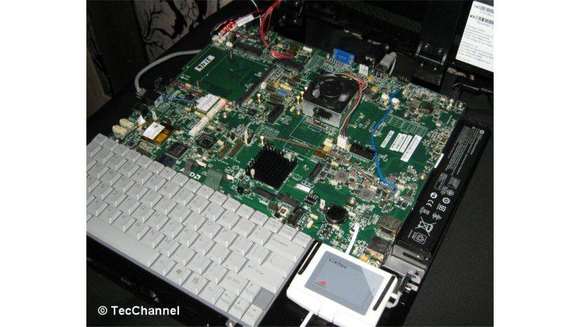 Zacate: AMD demonstrierte auf einem Testsystem die Fusion-CPU Zacate mit Bobcat-Architektur und DirectX-11-Grafikengine im Betrieb.
