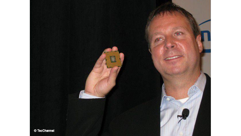 Nächste Xeon-Generation: Kirk Skaugen, Intel Corporate VP, hält den neuen Xeon E5 in der Hand.