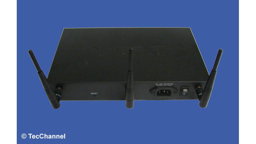 Gut zugänglich: Auf der Rückseite befinden sich der Stromanschluss und der Ein-/Aus-Schalter inklusive der WLAN-Antennen sowie eine Reset-Taste.
