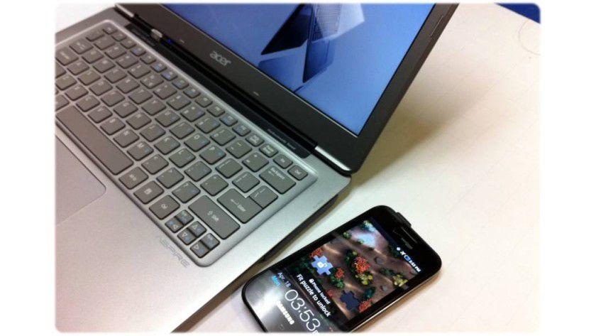 Drahtlos: Das Smartphone wird über Intel Wireless Charging zum Akkuladen einfach neben das Ultrabook gelegt.