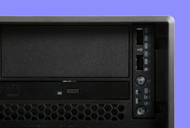 Front-Panel: Status-Leuchtdioden informieren den Anwender über den Betriebszustand des Servers. Darüber hinaus stehen dem User an der Vorderseite zwei weitere USB-Ports zur Verfügung.