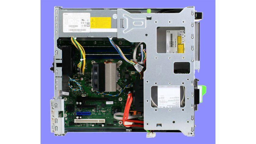 Dicht gepackt: Im TX120-Server arbeiten eine Quad-Core-CPU und ein 8 GByte großer DDR3-DIMM-Speicher. Als Storage-Subsystem fungieren zwei SATA-Festplatten sowie ein DVD-RW-Slim-Drive.