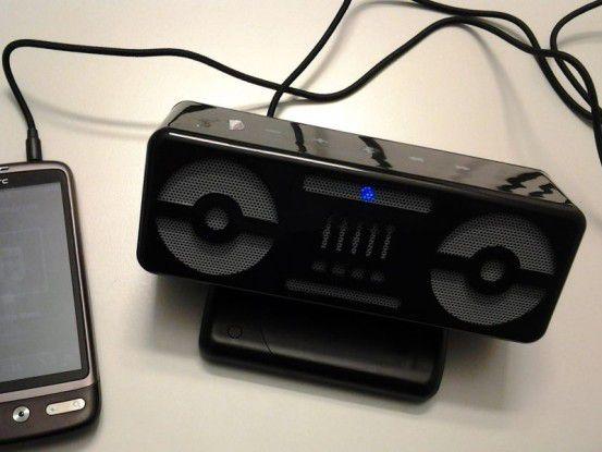 Das Blaster Bee BBS305 kann man problemlos via Klinkenstecker 3,5 mm mit dem mobilen Gerät verbinden. Die Bluetoothverbindung wird dann automatisch beendet.
