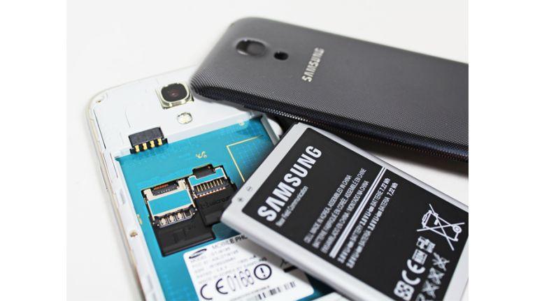 Unter der Akkuabdeckung finden Sie den wechselbaren Akku sowie je ein Slot für eine Micro-SIM- und Micro-SD-Karte
