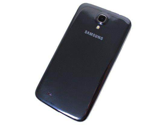 Die Design-Linie von Samsung erstreckt sich über alle neuen Modelle. So sieht auch das Galaxy Mega aus wie ein großes Samsung Galaxy S4. Da auch sämtliche Komponenten wie Kamera und Lautsprecher an der gleichen Stelle verbaut sind.