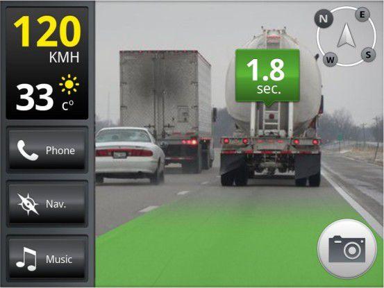Noch ist genügend Abstand, doch die AR-App iOnRoad Augmented Driving warnt, wenn man geschwindigkeitsabhängig zu nah auf das vorausfahrende Fahrzeug auffährt.