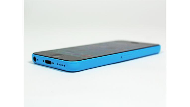 Das Apple iPhone 5c ist etwas dicker und schwerer als das iPhone 5 - trotz Plastikgehäuse.