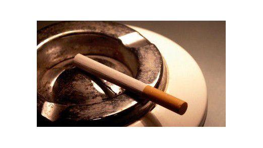 Alle 90 Minuten eine Zigarette: Einer Studie zufolge kosten kleine Rauchpausen eines Mitarbeiters eine Firma etwa 3.000 Dollar im Jahr.