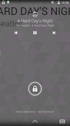 Spielen Sie einen Song ab, dann wird das entsprecher Album-Cover sogar zum Hintergrund des Lockscreens, auf dem Sie auch die Playlist durchblättern können.