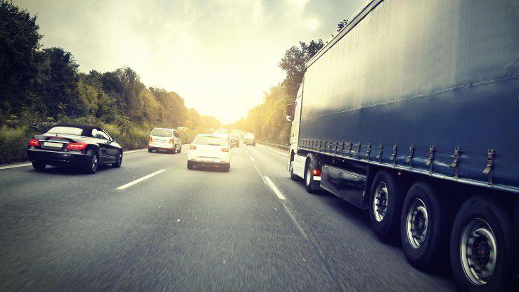 Dekra-Studie: Autofahrer lassen sich leicht ablenken, durch Handy, Radio oder Navi...