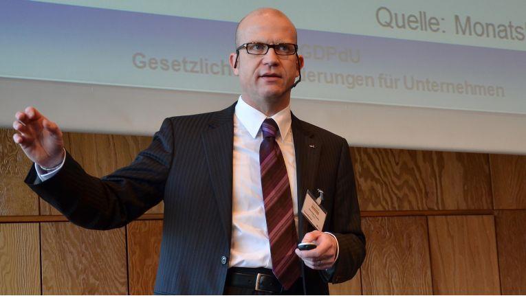 Steuerexperte Dirk Peter Kuballa vom Finanzministerium Schleswig-Holstein will Licht ins Dunkel der elektronischen Archivierung bringen.