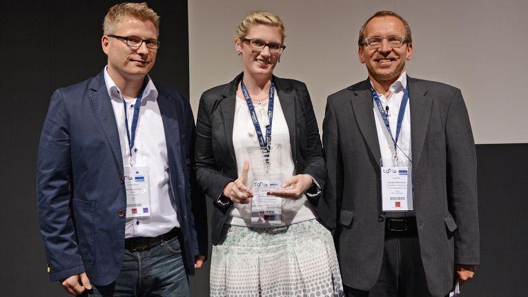"""Dietmar Schulte von nionex (links) und Verena Uhlenbrock von Ostermann freuen sich über den Best in eCommerce-Award 2014 in der Kategorie """"Bester B2B-Shop""""."""