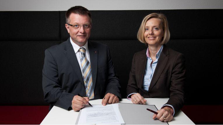 Dr. Marianne Janik, Senior Director Public Sector und Mitglied der Geschäftsleitung bei Microsoft Deutschland, sowie Uwe Pöttgen, CIO der Malteser und Geschäftsführer der SoCura, bei der Unterzeichnung.