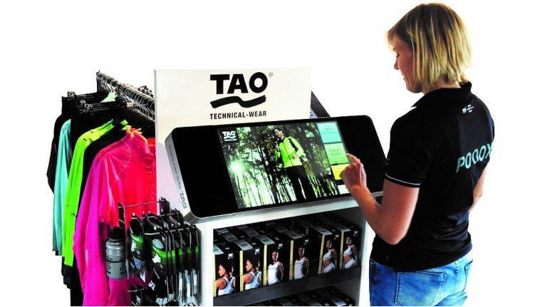 Als umfassend informierte Verkaufsberater kurbeln die POOOX-Terminals im stationären Handel die Umsätze mit TAO Sportartikeln an.