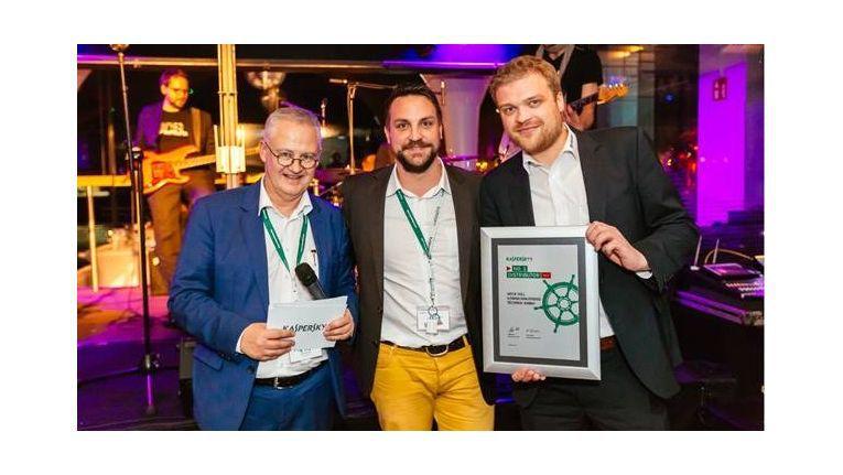 Von links präsentieren Rene Bodmer, Director Corporate Sales und Matthias Nefzger, Distributions Manager, beide Kaspersky Lab DACH, sowie Thomas Henk, Team Leader der Sales Group Kaspersky Lab bei Wick Hill, den Award bei der Preisverleihung in Hamburg.