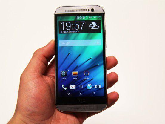 Dank des gebogenen Designs fasst sich das HTC One beeindruckend angenehm an.